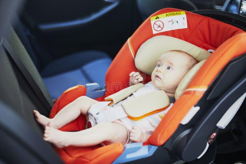 2 gamla månad behandla som ett barn flickan i bilsäte royaltyfri bild