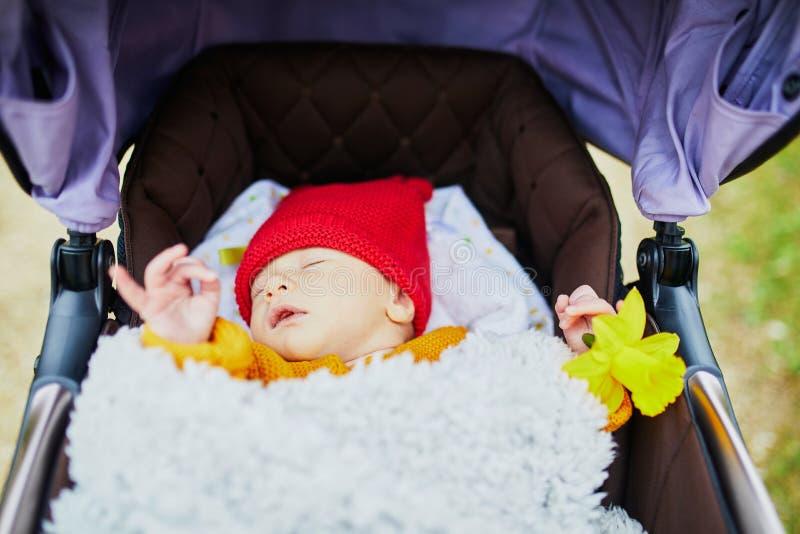 1 gamla månad behandla som ett barn flickan som sover i perambulator royaltyfri bild