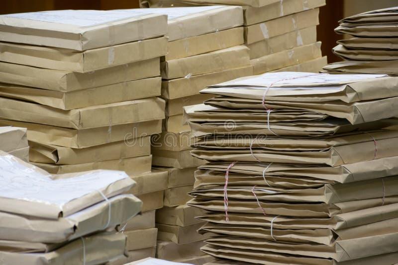 Gamla mappar, i att stapla för kuvertpapper arkivfoto