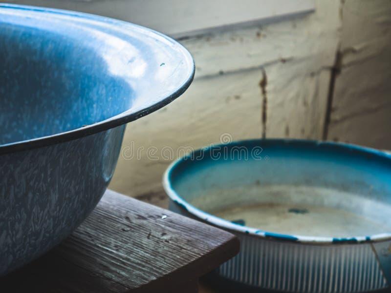 Gamla metallbunkar hemma fotografering för bildbyråer