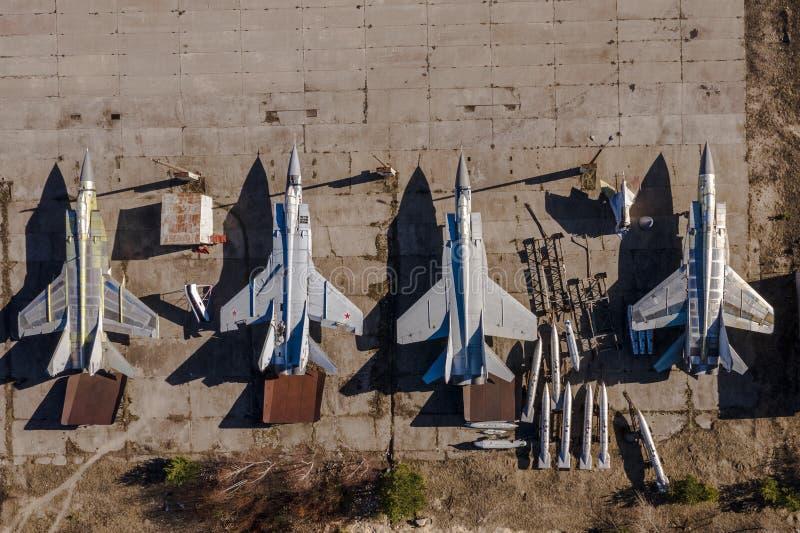 Gamla militära ryska flygplan Top besk?dar Grå kropp med röda stjärnor arkivfoton