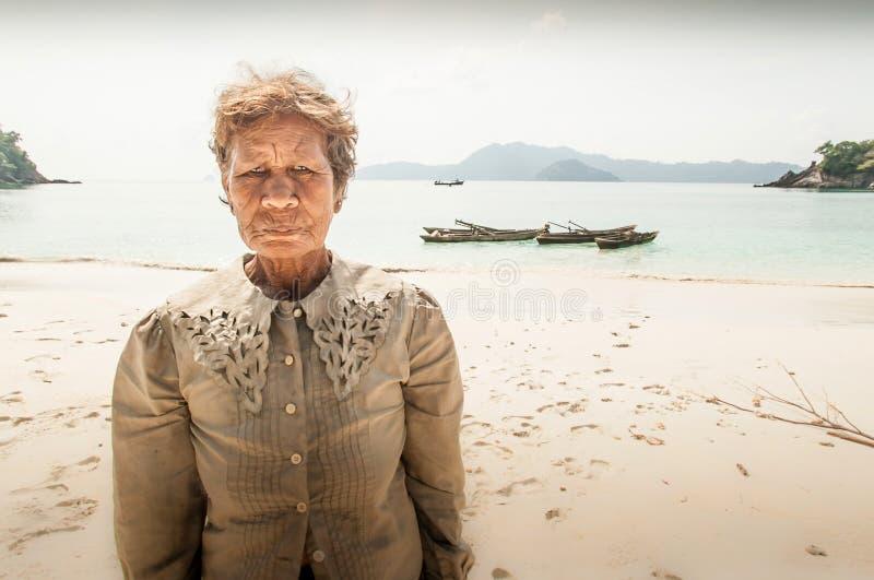 Gamla Moken kvinnor på sandstranden Havszigenaren, Moken bor ett halvt royaltyfri bild