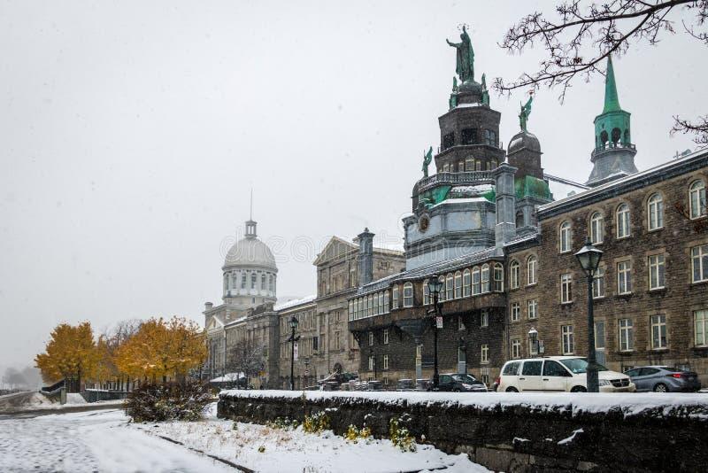 Gamla Montreal med den Bonsecours marknaden och detBon-Secours kapellet under en snödag - Montreal, Quebec, Kanada royaltyfria bilder