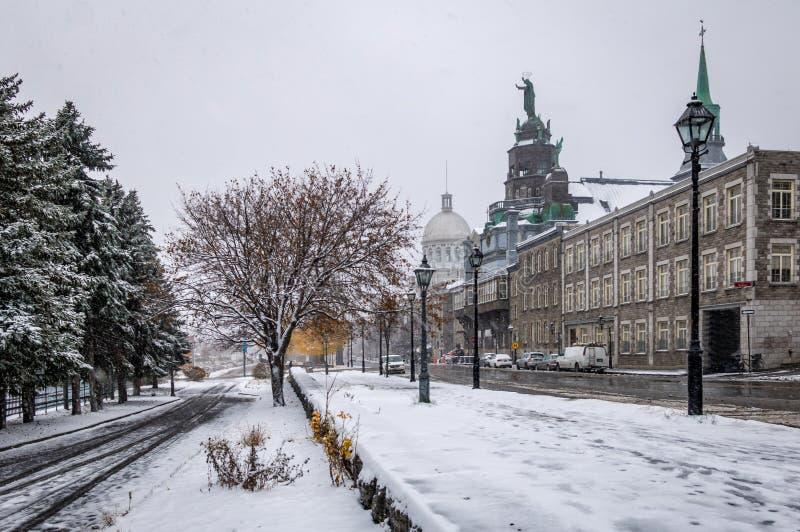 Gamla Montreal med den Bonsecours marknaden och detBon-Secours kapellet under en snödag - Montreal, Quebec, Kanada arkivfoton