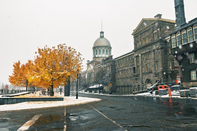 Gamla Montreal med snö och Bonsecours marknadsför - Montreal, Quebec, Kanada arkivbilder