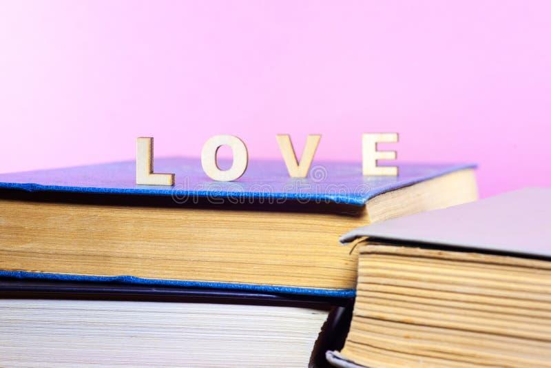 Gamla och använda inbunden bokböcker eller textböcker som ses från över arkivfoton