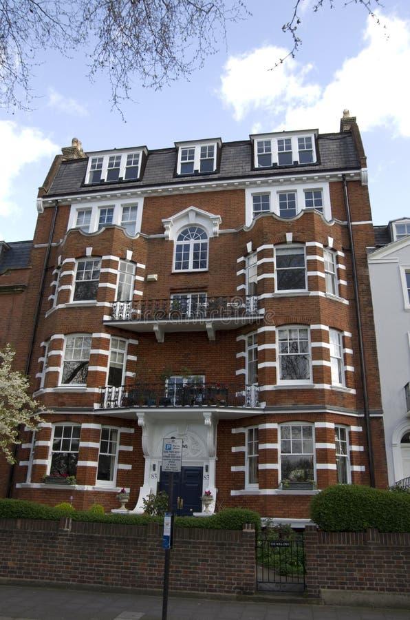 Gamla och dyra hus i London royaltyfria bilder