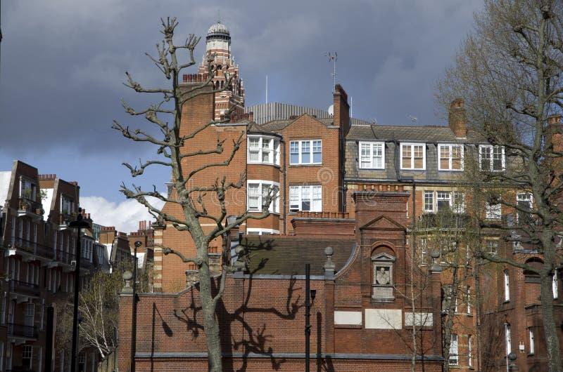 Gamla och dyra hus i London royaltyfri bild