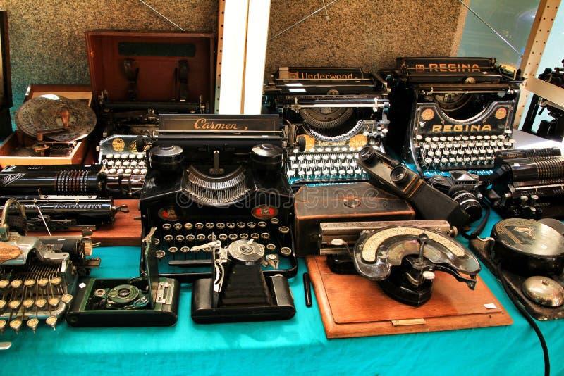 Gamla och härliga tappningskrivmaskiner arkivbilder