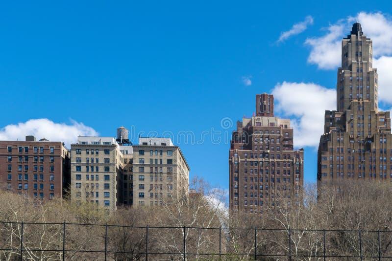 Gamla och högväxta byggnader längs News York City Hudson River Promenade arkivbild