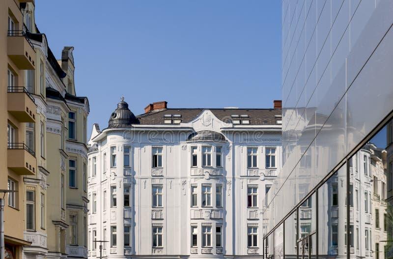Gamla och moderna byggnader i centrum fotografering för bildbyråer