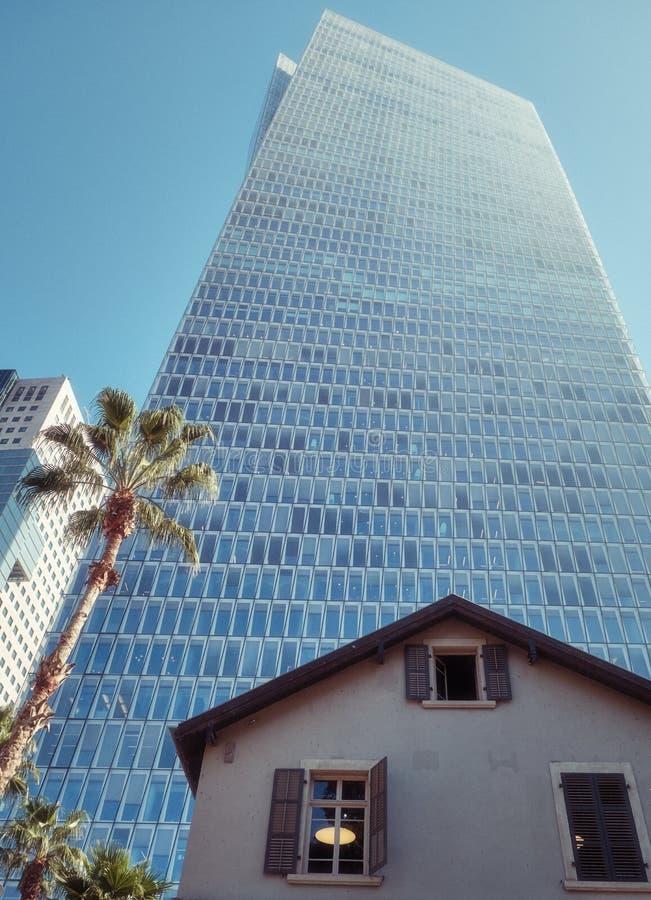Gamla och moderna byggnader i Tel Aviv, ISRAEL royaltyfri bild