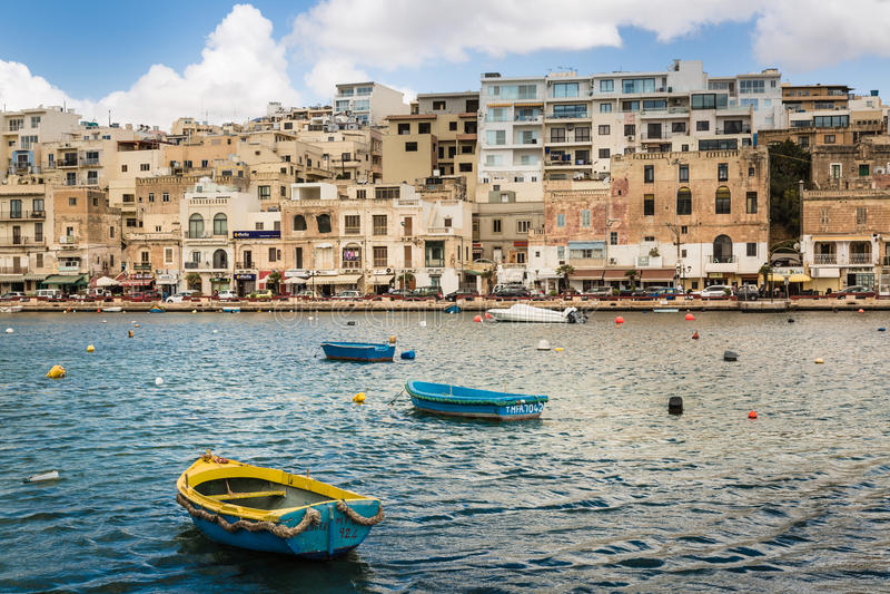 Gamla och moderna Marsaskala, Malta arkivfoto