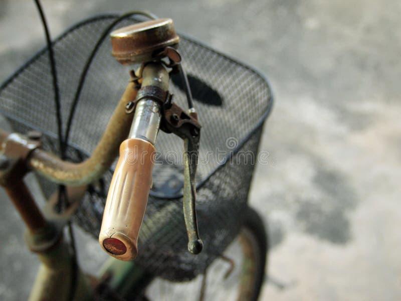 Gamla och rostiga cykelstyren royaltyfria foton