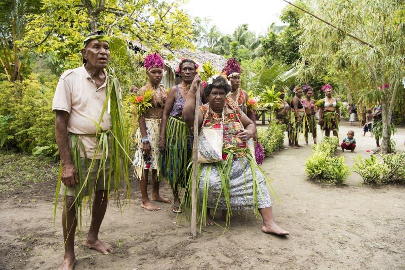 Gamla och ungdomarväntande på beröm, Solomon Islands royaltyfria foton