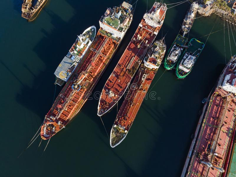 Gamla oljetankerskyttlar & bogserbåtar från över royaltyfri bild
