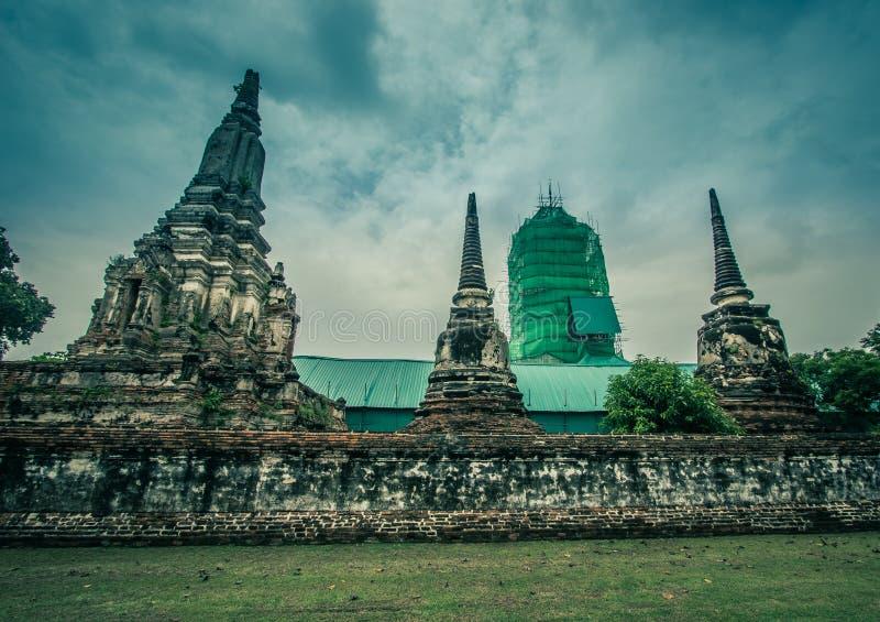 Gamla pagoder, gammal tegelstenvägg och renovering för strömförsörjningsEn khmer-stil prangunder på Wat Phutthaisawan i den Sampa royaltyfri bild