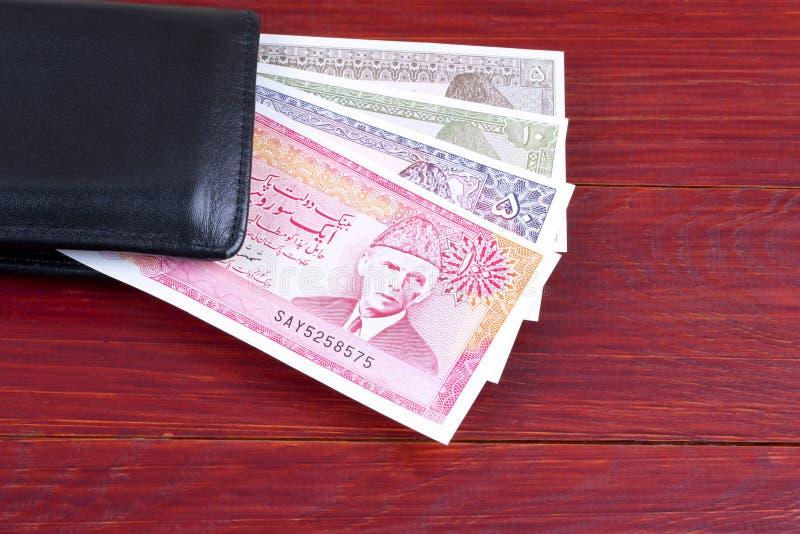 Gamla pakistanska pengar i den svarta plånboken royaltyfria bilder