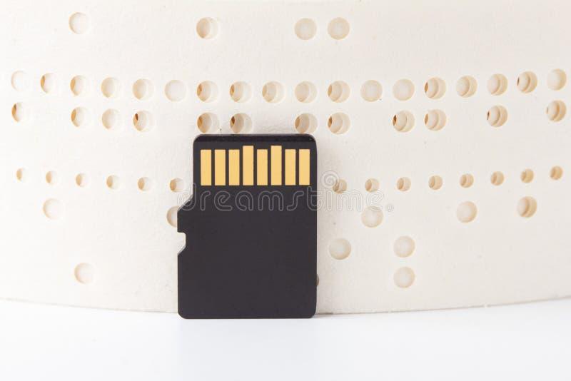 Gamla pappersdata för stansat band som är föråldrade med sd-kortet, tappning arkivfoto