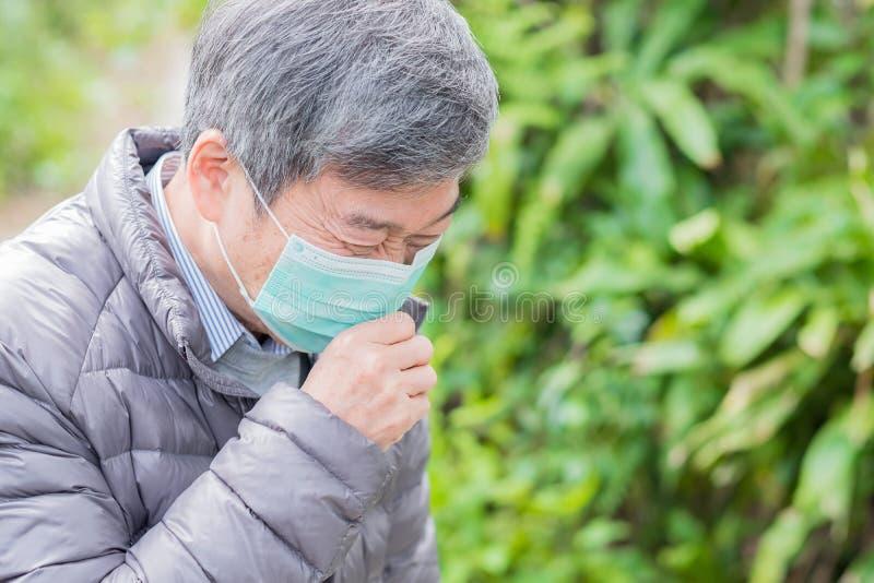 Gamla par får förkylning fotografering för bildbyråer