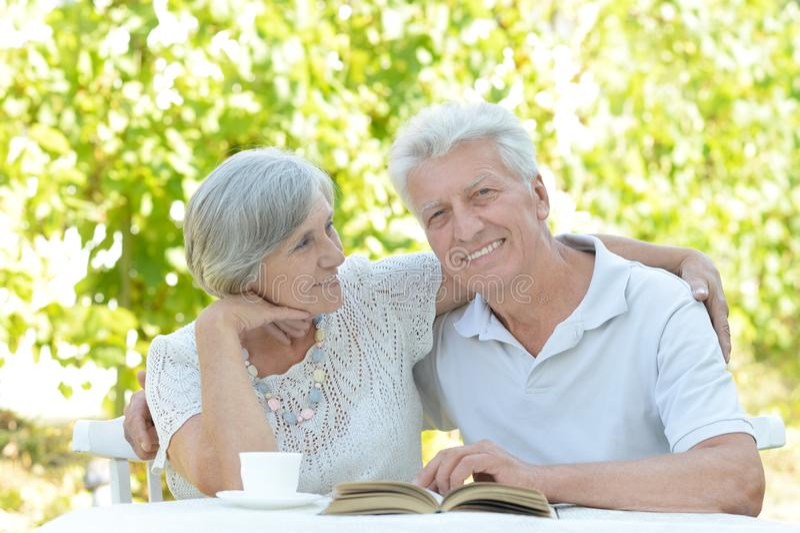 gamla par med boken royaltyfria foton