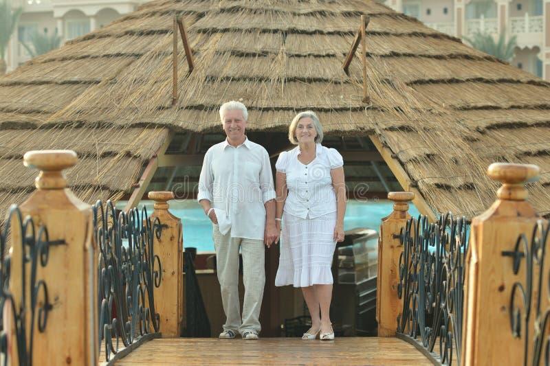 Gamla par på semester arkivbild