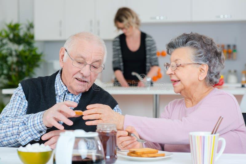 Gamla par som har frukosten royaltyfri bild