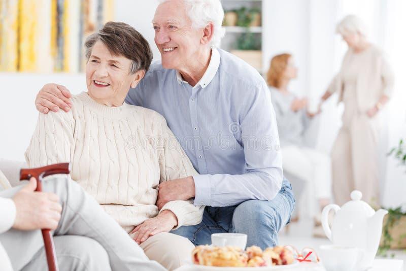 Gamla par som tillsammans tycker om avgång arkivbild