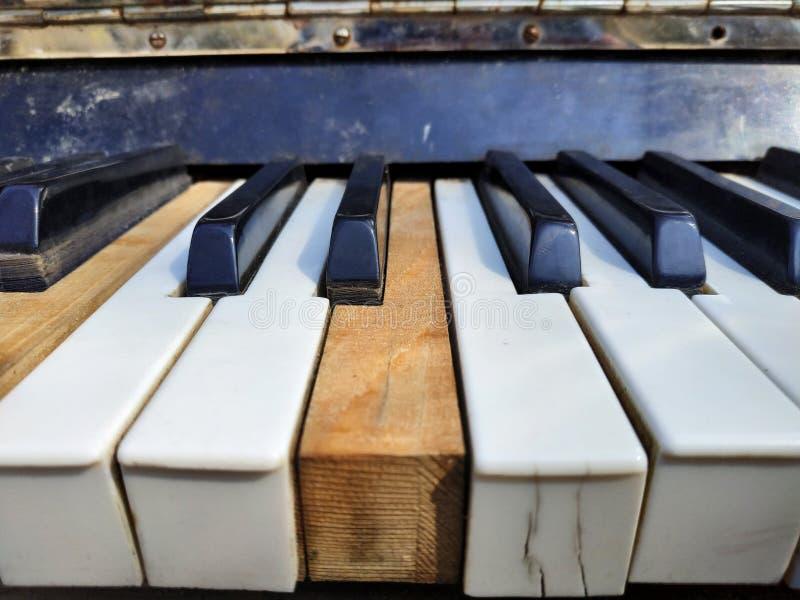Gamla pianotangenter, musikbakgrund arkivbilder