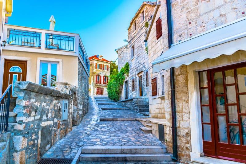 Gamla pittoreska gator i Dalmatia, Kroatien royaltyfri fotografi