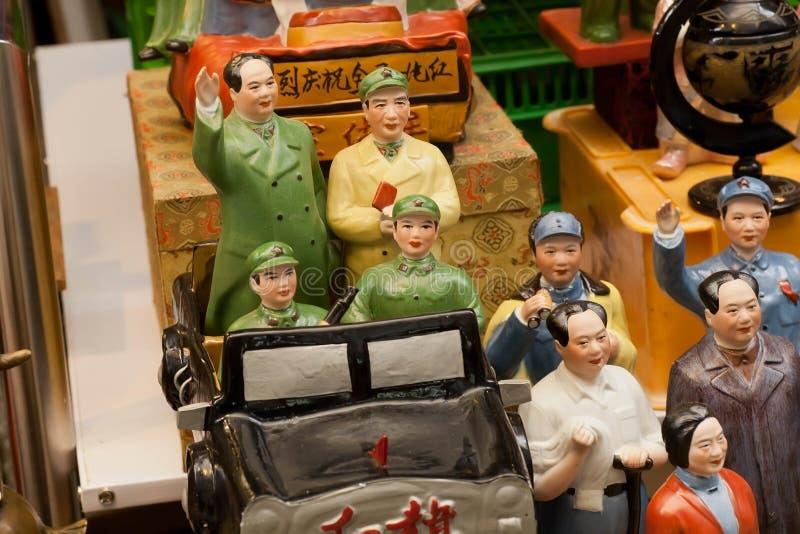 Gamla porslinstatyetter av ledare för kinesisk kommunist på antika marknadsaffärsmän royaltyfri foto