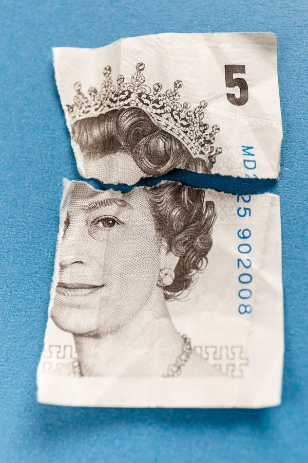 Gamla 5 pund uppriven pappersanmärkning arkivfoto