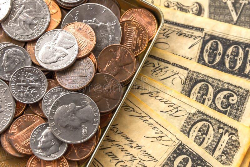 Gamla räkningar och mynt arkivfoto