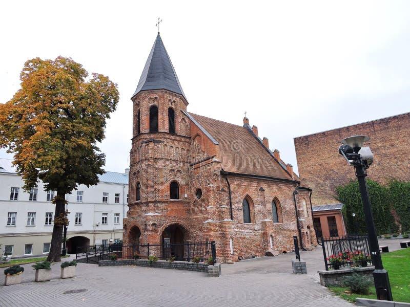 Gamla röda tegelstenar kyrka, Litauen royaltyfri fotografi