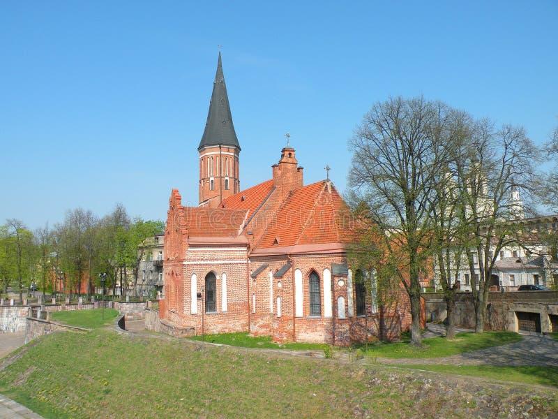 Gamla röda tegelstenar kyrka, Litauen royaltyfri bild