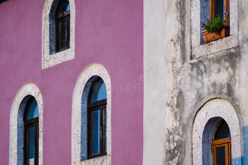 Gamla radhus och färgrika hus i den mostar Bosnien och Herzego fotografering för bildbyråer