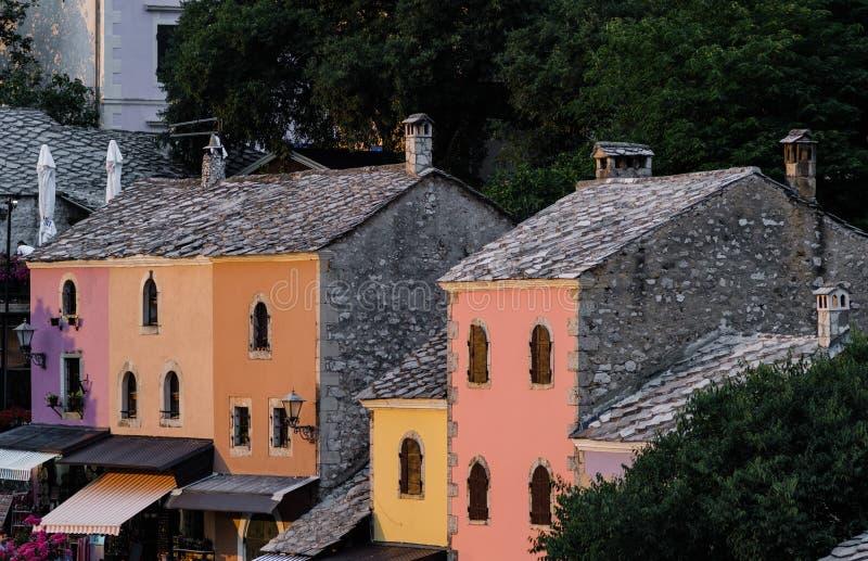 Gamla radhus och färgrika hus i den mostar Bosnien och Herzego royaltyfria bilder