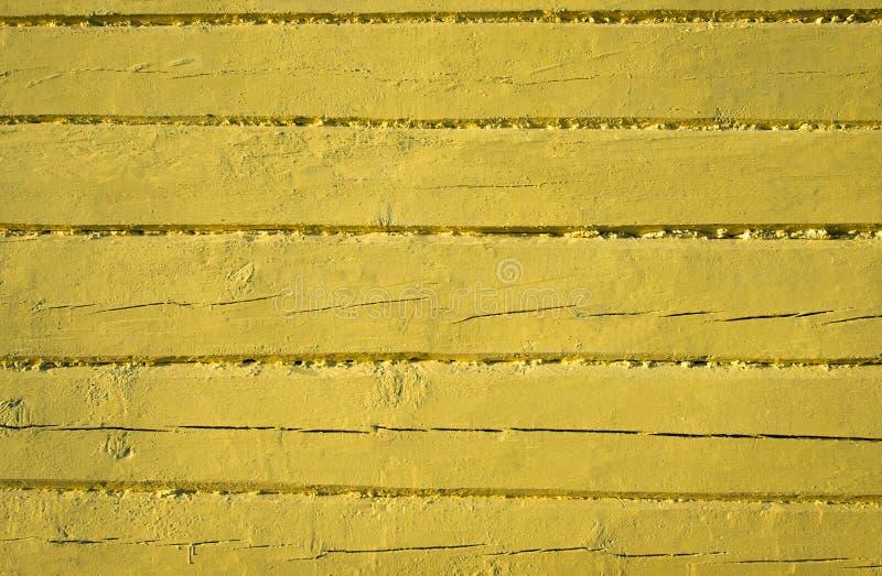 Gamla red ut wood plankor som målas i guling arkivfoto