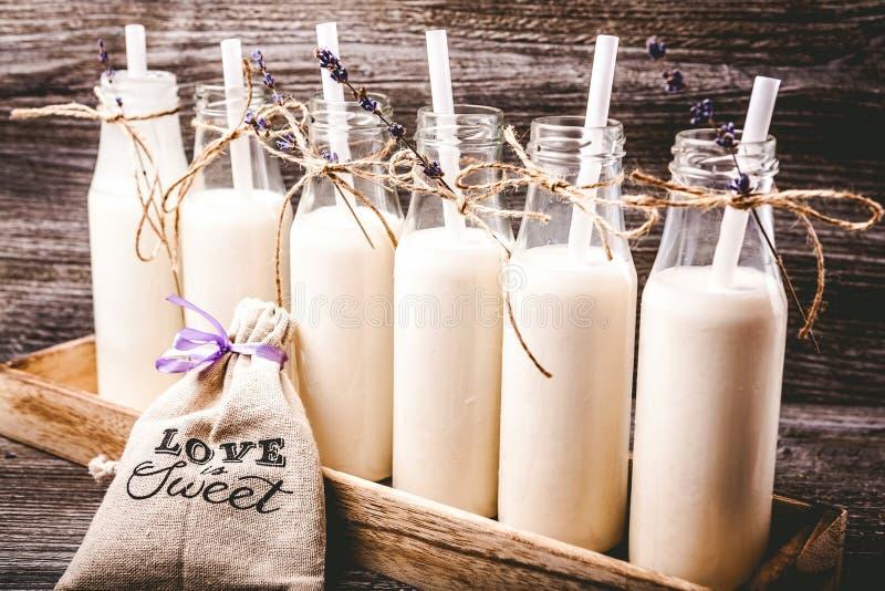 Gamla retro flaskor med mjölkar royaltyfri foto