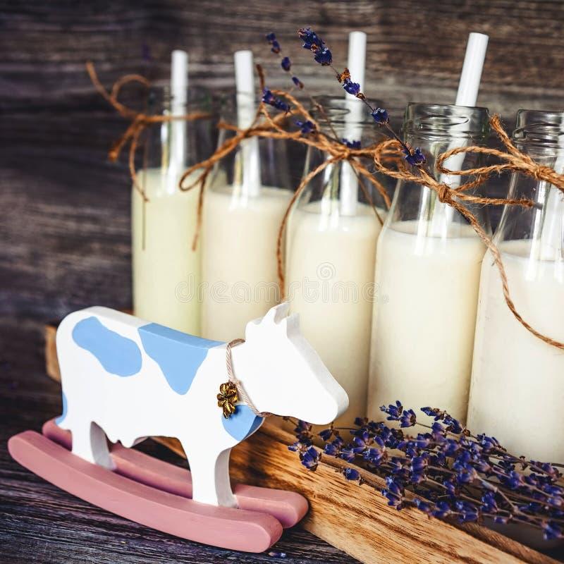Gamla retro flaskor med mjölkar arkivfoton