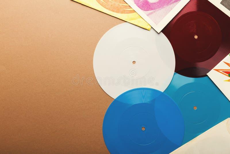 Gamla retro vinylrekord på beige bakgrund, bästa sikt royaltyfri foto
