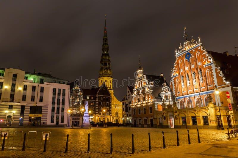 Gamla Riga på natten fotografering för bildbyråer
