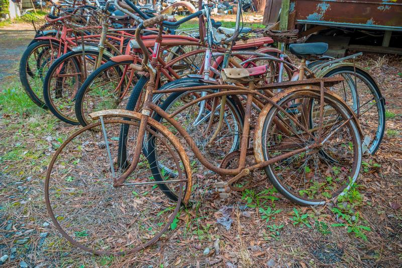 Gamla rostiga cyklar royaltyfria bilder