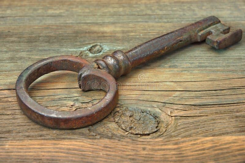 Gamla Rusty Iron Key fotografering för bildbyråer
