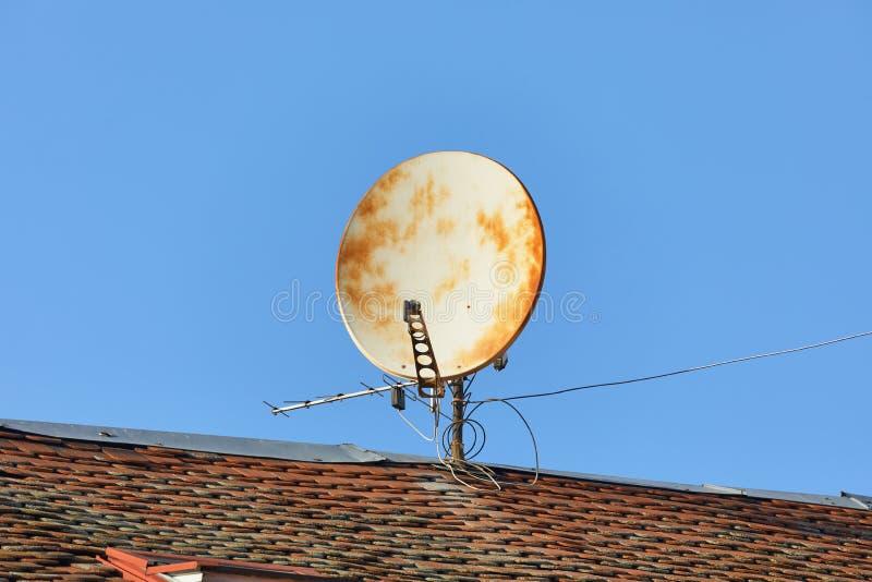 Gamla Rusty Parabola Receiver royaltyfri foto