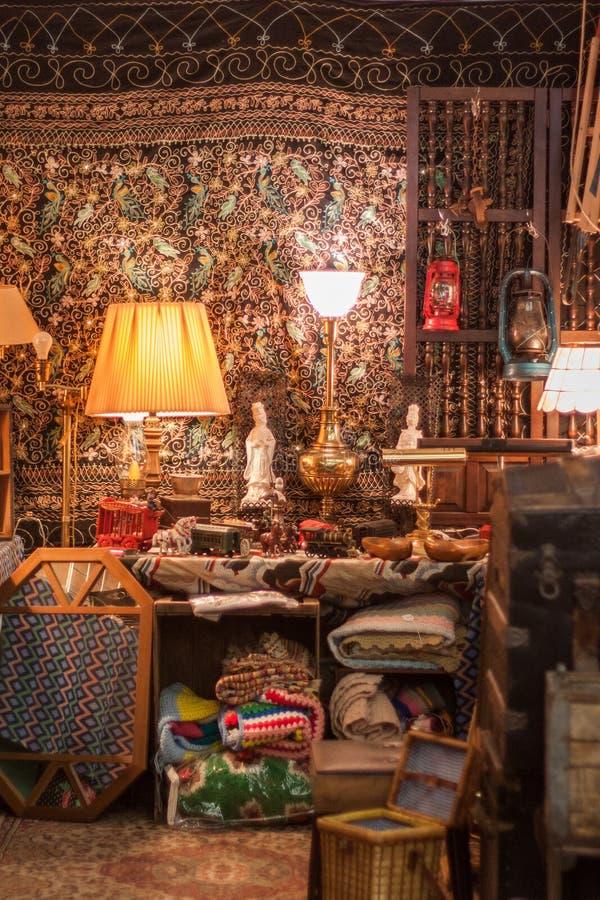 Gamla saker och collectibles på en garagemässa royaltyfri bild