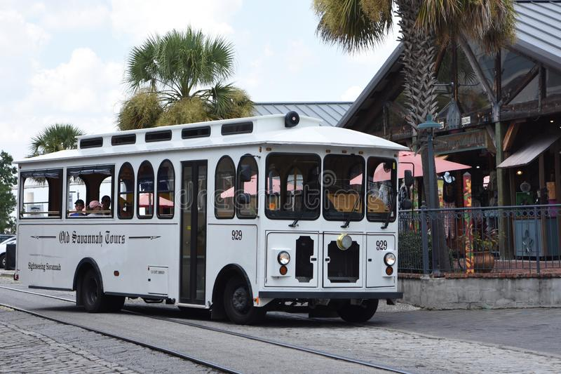 Gamla Savannah Tours Trolley på flodgatan arkivbild