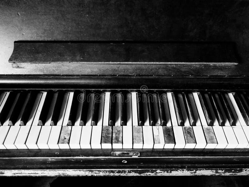 Gamla, skadade, brutna, utslitna Piano-nycklar saknas arkivfoto