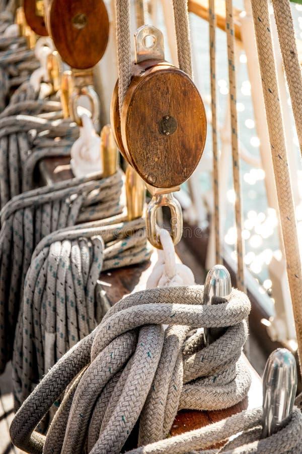 Gamla skeppredskap Gammal skyttel för seglingskepp Bakgrund arkivfoto