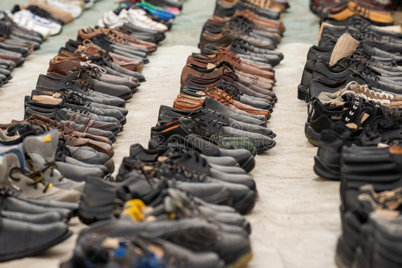 Gamla skor på den söndag mässan arkivfoto
